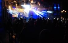 Live-Foto von SchlagerMetall vor dem Bonner Rathaus im Dunkeln mit viel Licht von Mark Schmitz